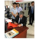 Rector Prof. Dr. Klaus-Dieter Barbknecht signs the guest book at the 'State Key