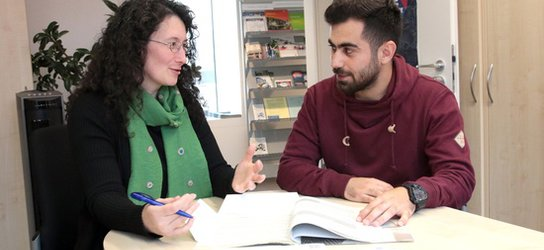 Wriya Ahmed receives information (from Manuela Junghans at the IUZ)
