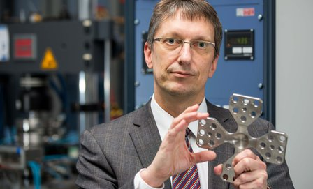Prof. Biermann with high-performance composite working material © Detlev Müller