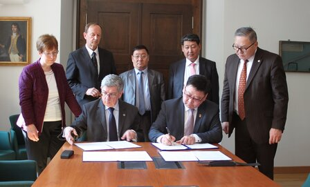 Group photo: TU Rector and MUST President signing