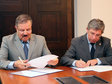 Dr. Idris Hadi (left), Rector of the University of Ishik-Erbil and Rector Prof. Dr. Klaus-Dieter Barbknecht sign the memorandum of understanding for future cooperation