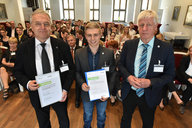 (f.l.) Jürgen Schelling and his scholarship holder Lukas Raphael and Prof. Broder J. Merkel (prorector of strategy development) © Eckardt Mildner
