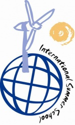 Logo der International Summer School: Ein Globus, ein Windrad und eine Sonne