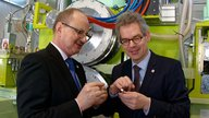 Discussing the advantages of the new facility: Prof. Rudolf Kawalla (l.) and Prof. Ulrich Prahl. © Detlev Müller